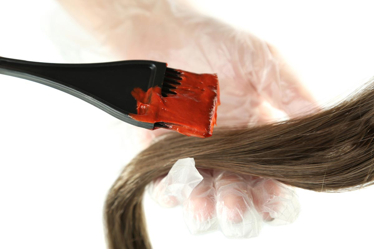 Domácí barvení je jednoduché. Je však důležité dodržovat návod pro každou barvu na vlasy.
