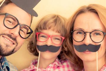 Movember 2015 je celosvětová charitativní akce na podporu mužské zdraví – fyzického i duševního. Nechte si narůst knír jako billboard na vlastním obličeji a podpořte jím tuto akci. A nemusíte být jen muž! Zapojte se do akce jako celá rodina!