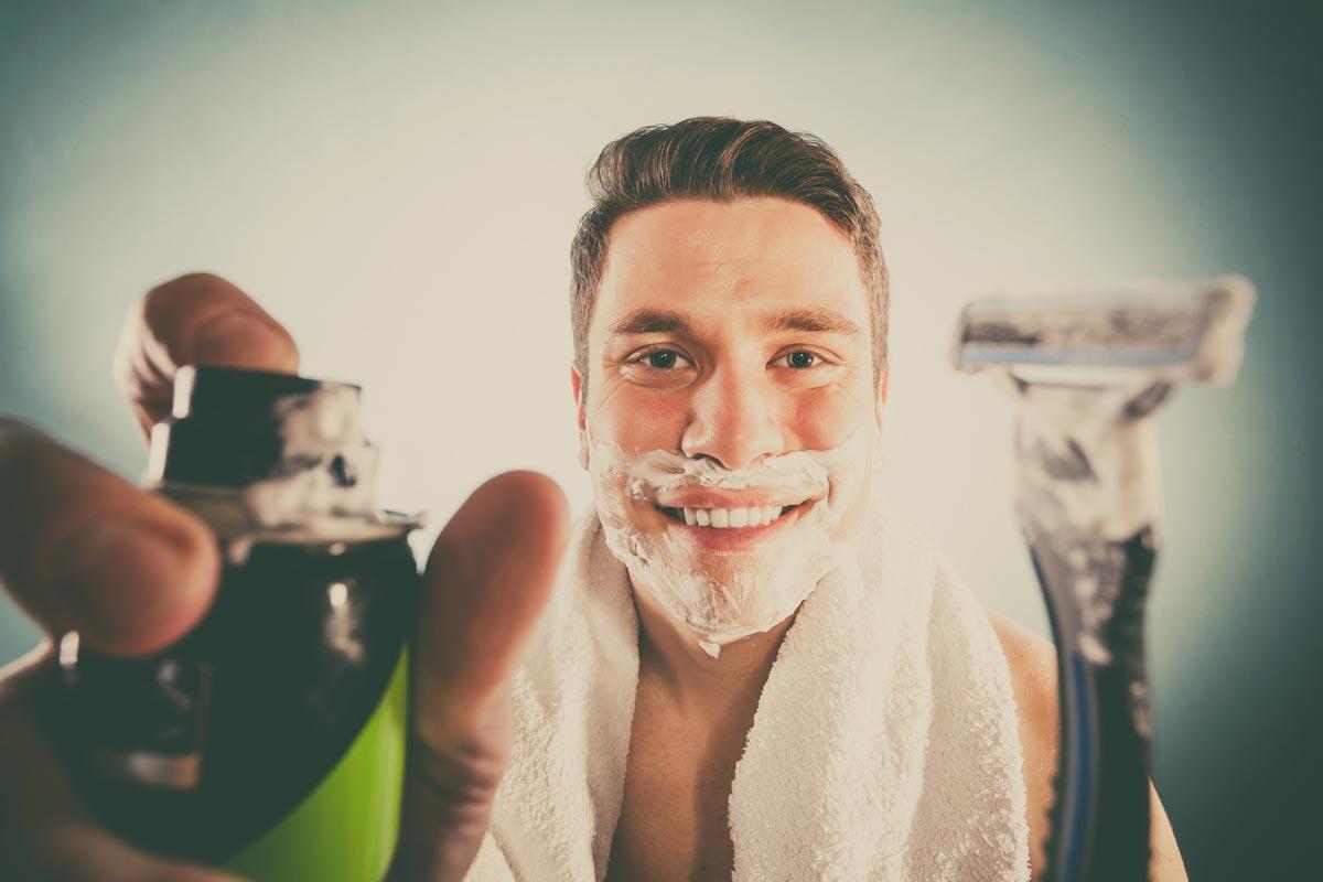 Tradiční mokré holení je podle odborníků na holení kvalitnější než holení elektrickým holícím strojkem. Určitě se ale oplatí dobře znát zásady mokrého holení, abyste si neuhnali poranění nebo zánět pokožky. Naučte se tedy, jak se správně holit mokrou cestou!