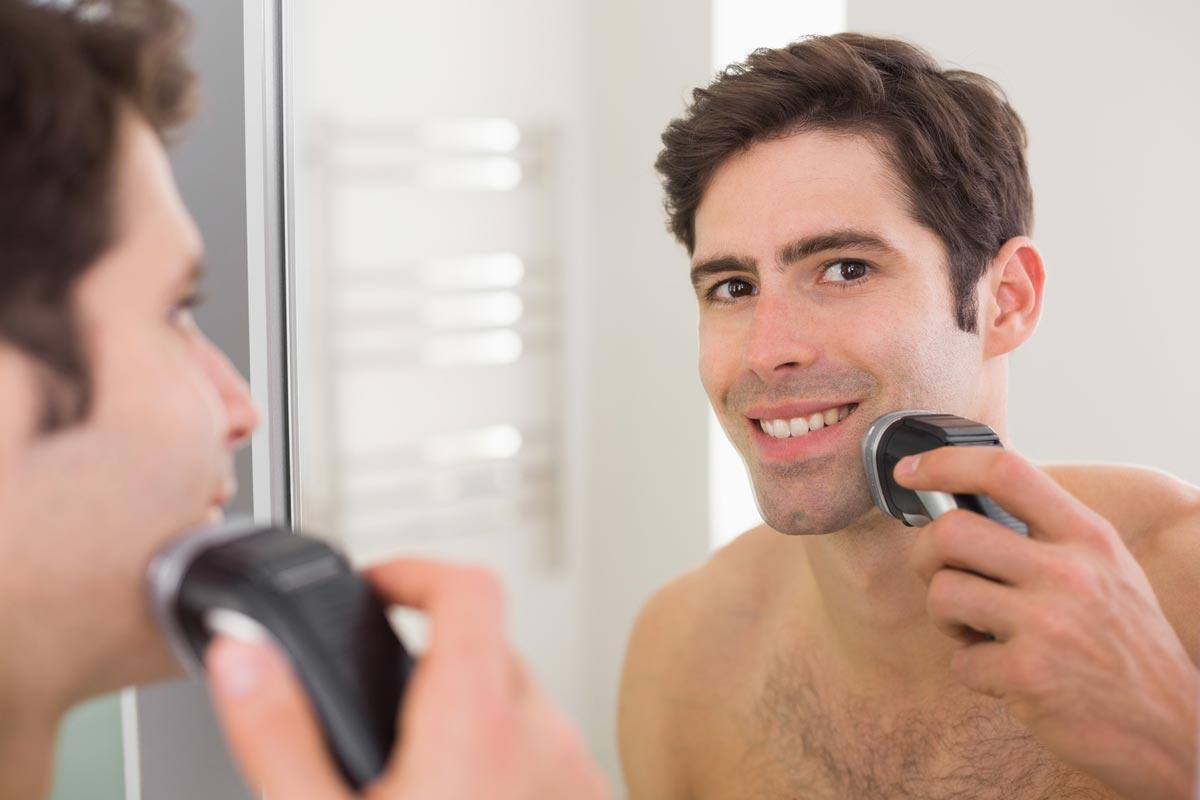 Suché holení elektrickým strojkem nezavrhují ani specialisté na holení. Vyžaduje sice disciplínu a každodenní holení bez vynechání, současně je ale vhodné i pro muže s extrémně citlivou pokožkou.