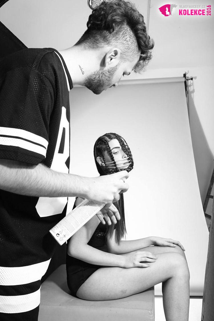 Backstage z focení kolekce pro HDA 2015. Na fotografii vidíte Martina Kováče při finálním stylingu.