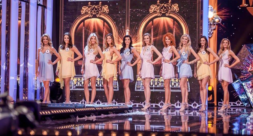 Deset nejkrásnějších dívek těsně před vyhlášením vítězek