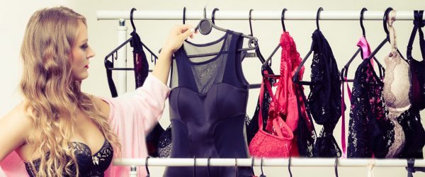 Spodní prádlo, které nosíme, z nás umí udělat krásku, dámu, ale i zkazit celkový dojem z našeho vzhledu. A to se do něj ani nemusíme svlékat.