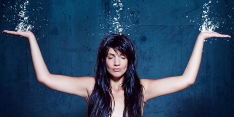 Tvrdá voda vlasy vysušuje, jsou bez lesku a nepoddajné.