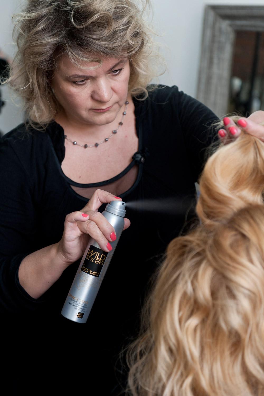 Irena Vavrušková pracuje na stylingu svého účesu Golden lob.
