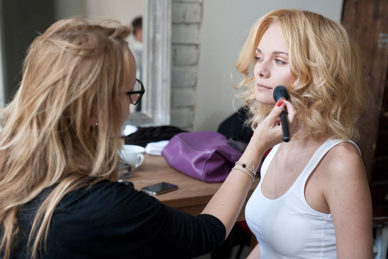 Před focením nového účesu Ireny Vavruškové s názvem Golden lob se musí modelka ještě nalíčit.