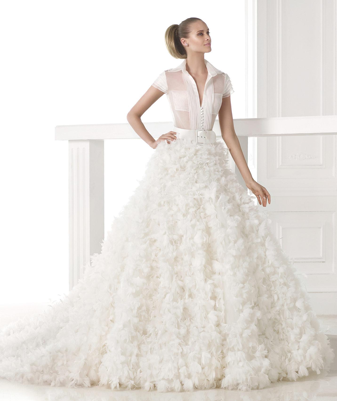 Svatební šaty Pronovias z kolekce S/S 2015 z extravagantní průhledné krajky s účesem s dlouhou vlečkou.
