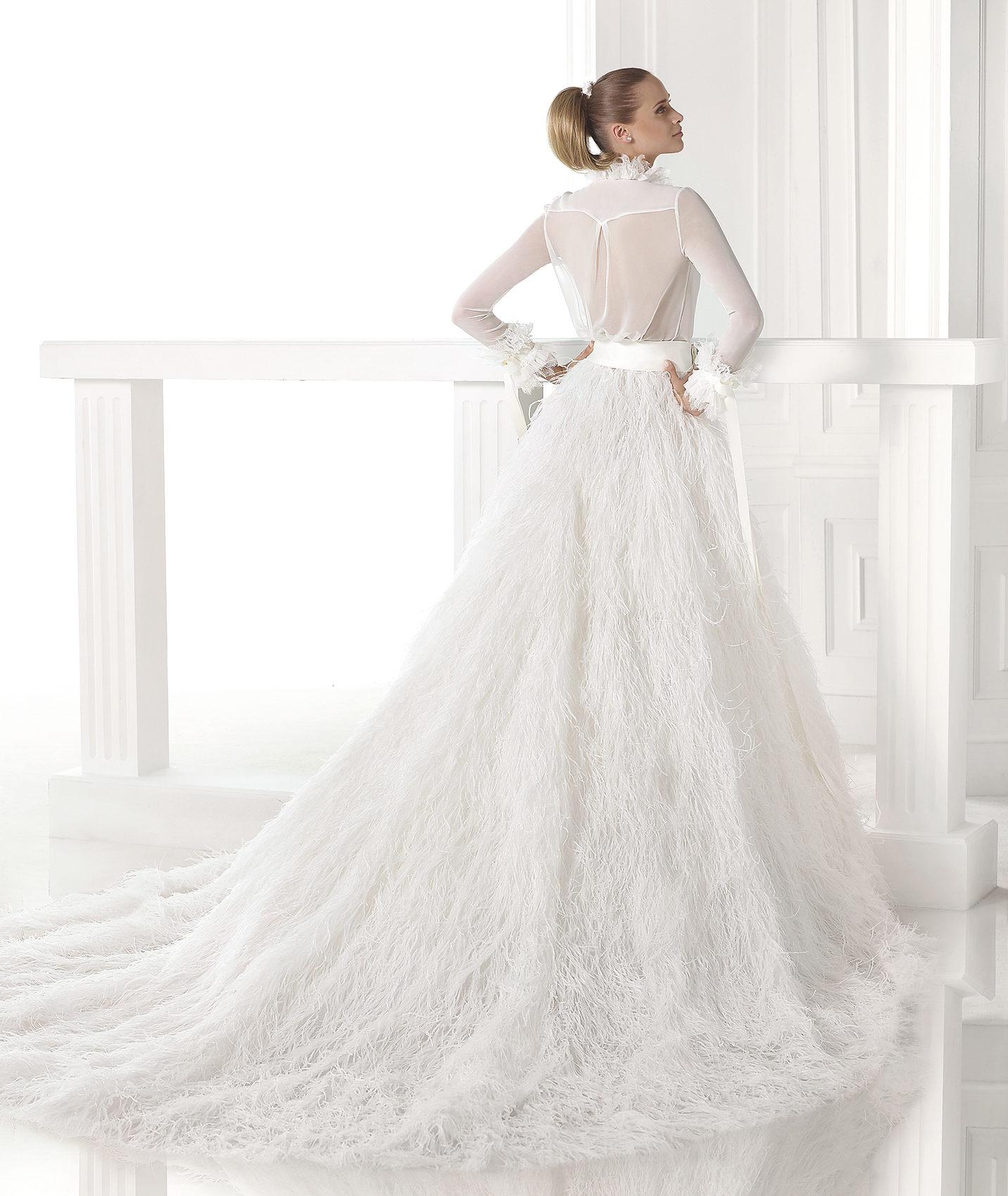 Svatební šaty Pronovias z kolekce S/S 2015 a jednoduchý svatební účes s copem.