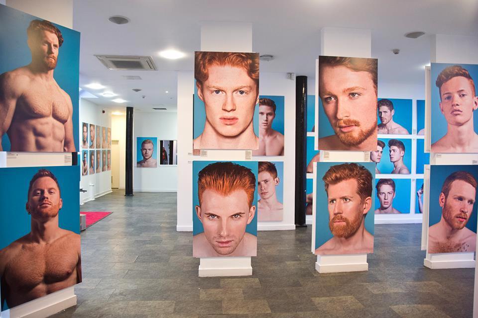 Fotograf Thomas Knights vystavuje 40 zrzavých mužů na fotografiích