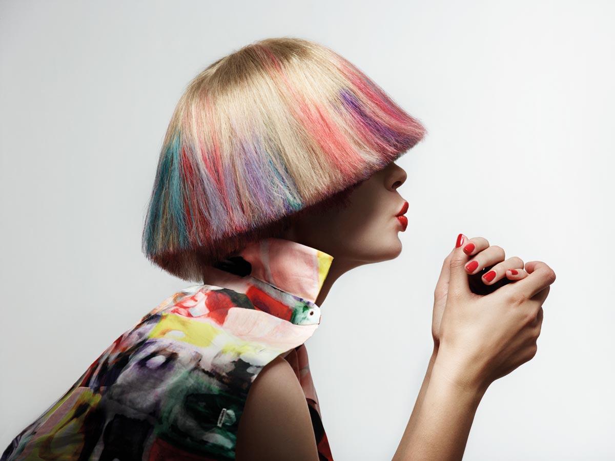 Nejvýrazněji vypadá v kolekci blond bob s pestrým kolorováním, jehož je možné dosáhnout jednoduše například pomocí barevných kříd na vlasy Hair Chalk.