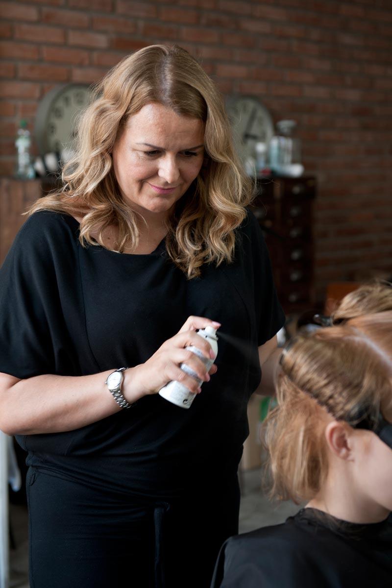 Kadeřnice Andrea Josková při práci na svém účesu Golden lob.