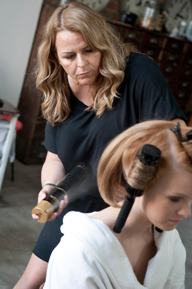 Kadeřnice Andrea Josková při práci na svém účesu Golden lob pro BOOK trendů IT LOOKS, L'Oréal Professionnel.