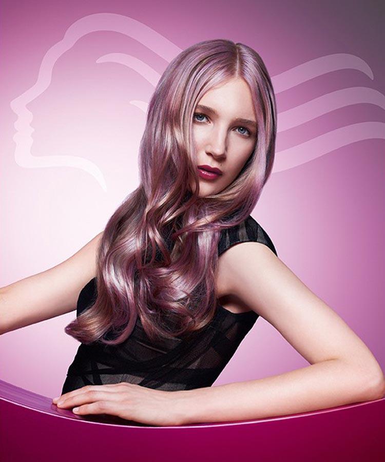 Dlouhé vlasy v odstínu Radiant Orchid z kolekce Wella Professional.