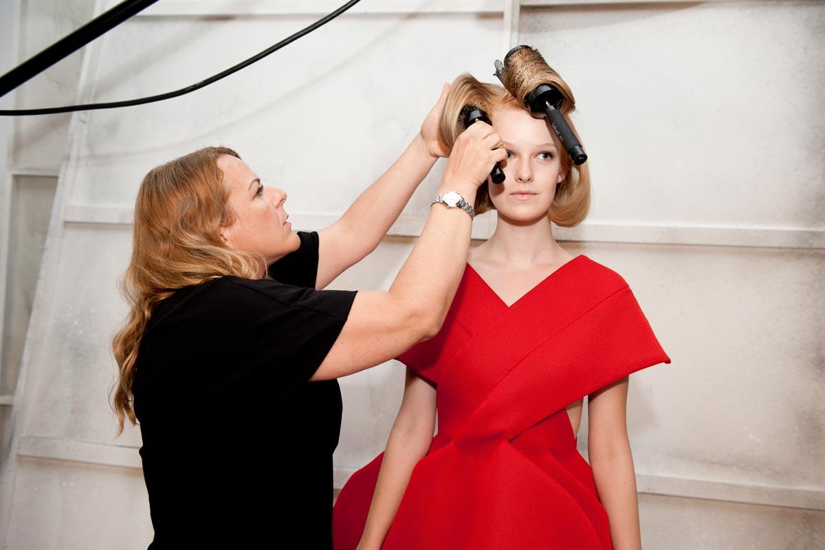 Andrea Josková dělá poslední úpravy na svém účesu Golden lob před focením do publikace BOOK trendů IT LOOKS, L'Oréal Professionnel.