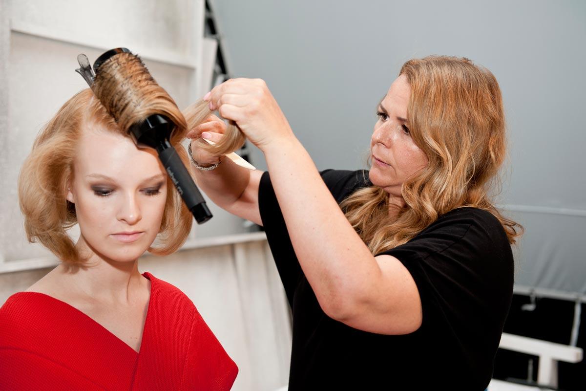 Andrea Josková s modelkou při přípravě účesu Golden lob.