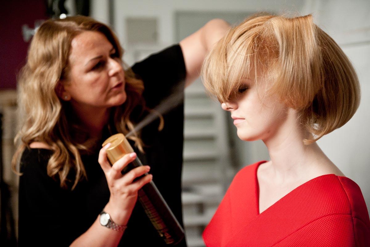 Ještě závěrečný styling a  nový účes Golden lob kadeřnice Andrey Joskové bude na světě.