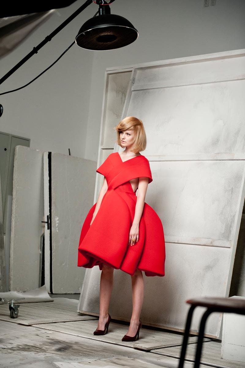 Modelka pózuje s novým účesem Golden lob kadeřnice Andrey Joskové.