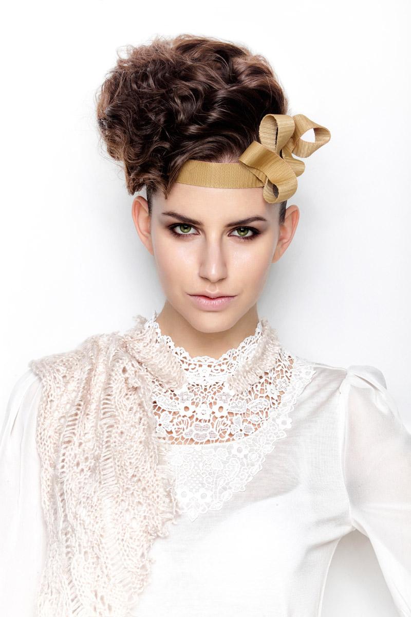 Linda Tóth-Kostiková – drdol pro milovnice vintage, ale i jako plesový účes k v této sezóně módním zlatavým odstínům doplňků či večerních šatů.