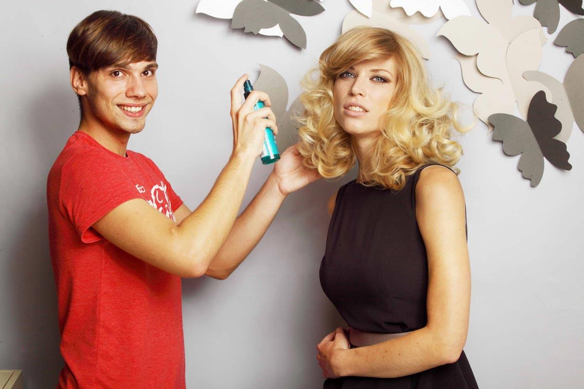 Petr Šťastný pózuje s modelkou a svým novým účesem, který dostal název Bohemians.