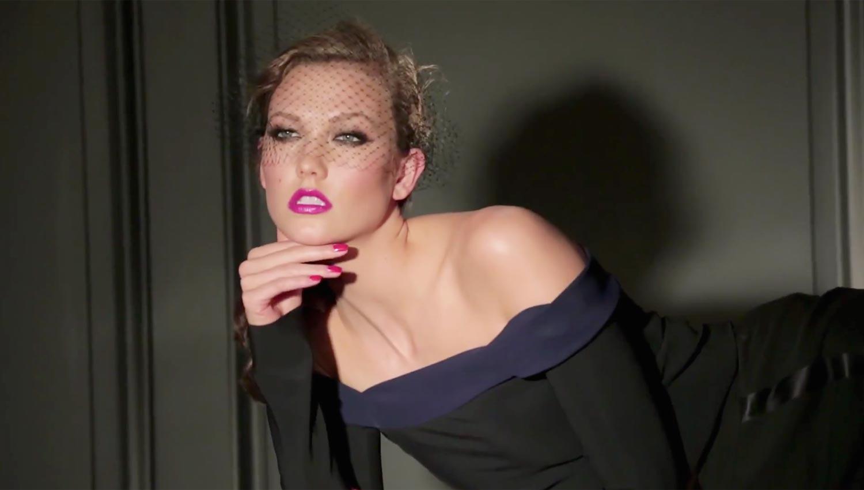 Fotografie Karlie Kloss ze zákulisí focení a natáčení pro L'Oréal Paris.