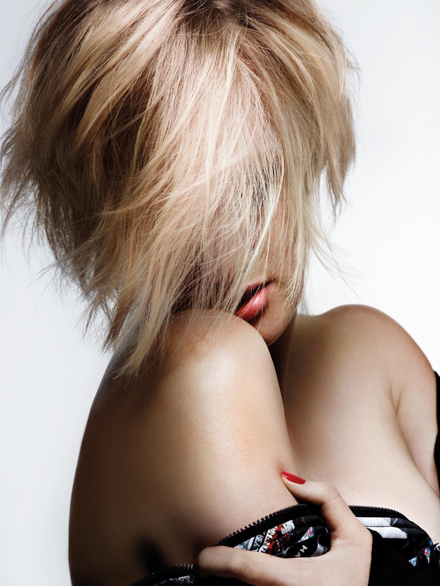 Blond vlasy se hrají se stínováním jednotlivých pramenů.