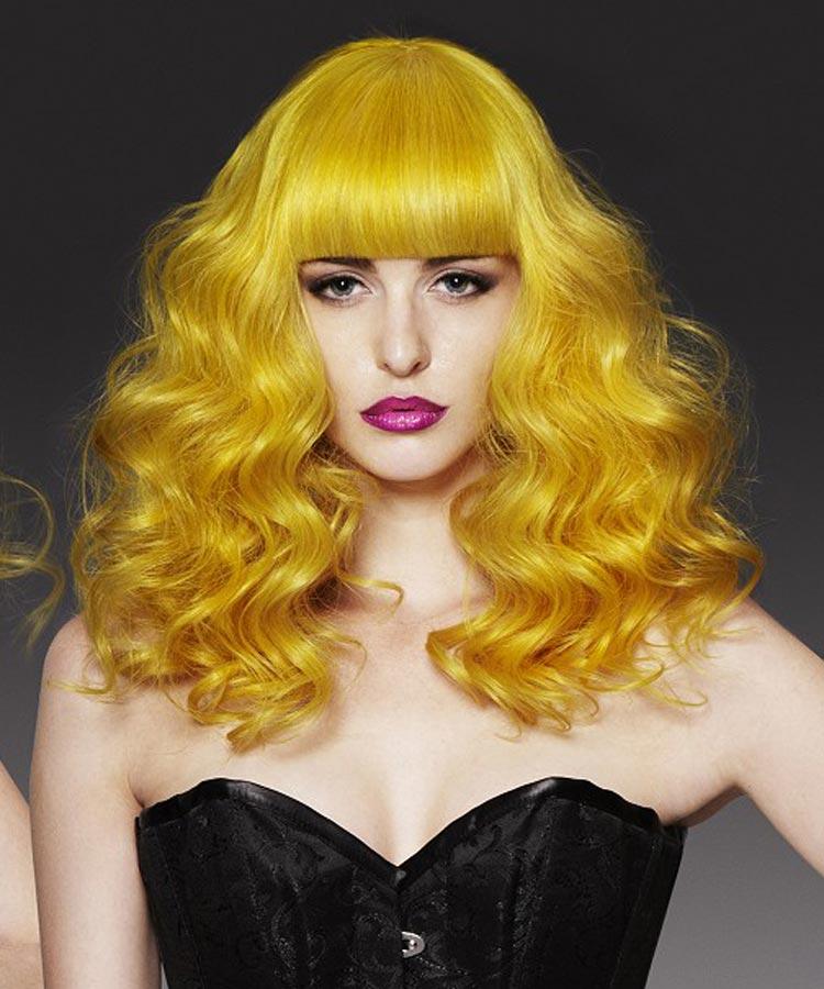 Dlouhé vlnité vlasy v odstínu Misted Yellow od australského kadeřníka Uros Mikic.