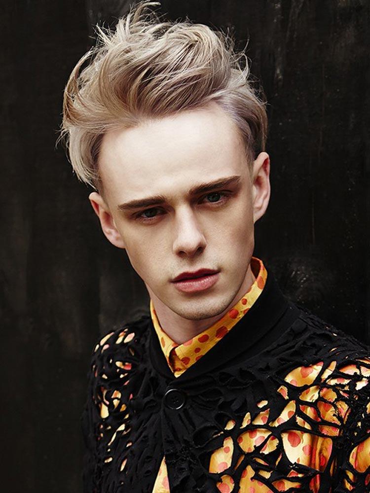 Rozverný střih z Roco kolekce půjde učesat a nastylovat na mnoho způsobů. Všimněte si zdařilou barvu tohoto pánského blond účesu inspirovaného punk stylem.