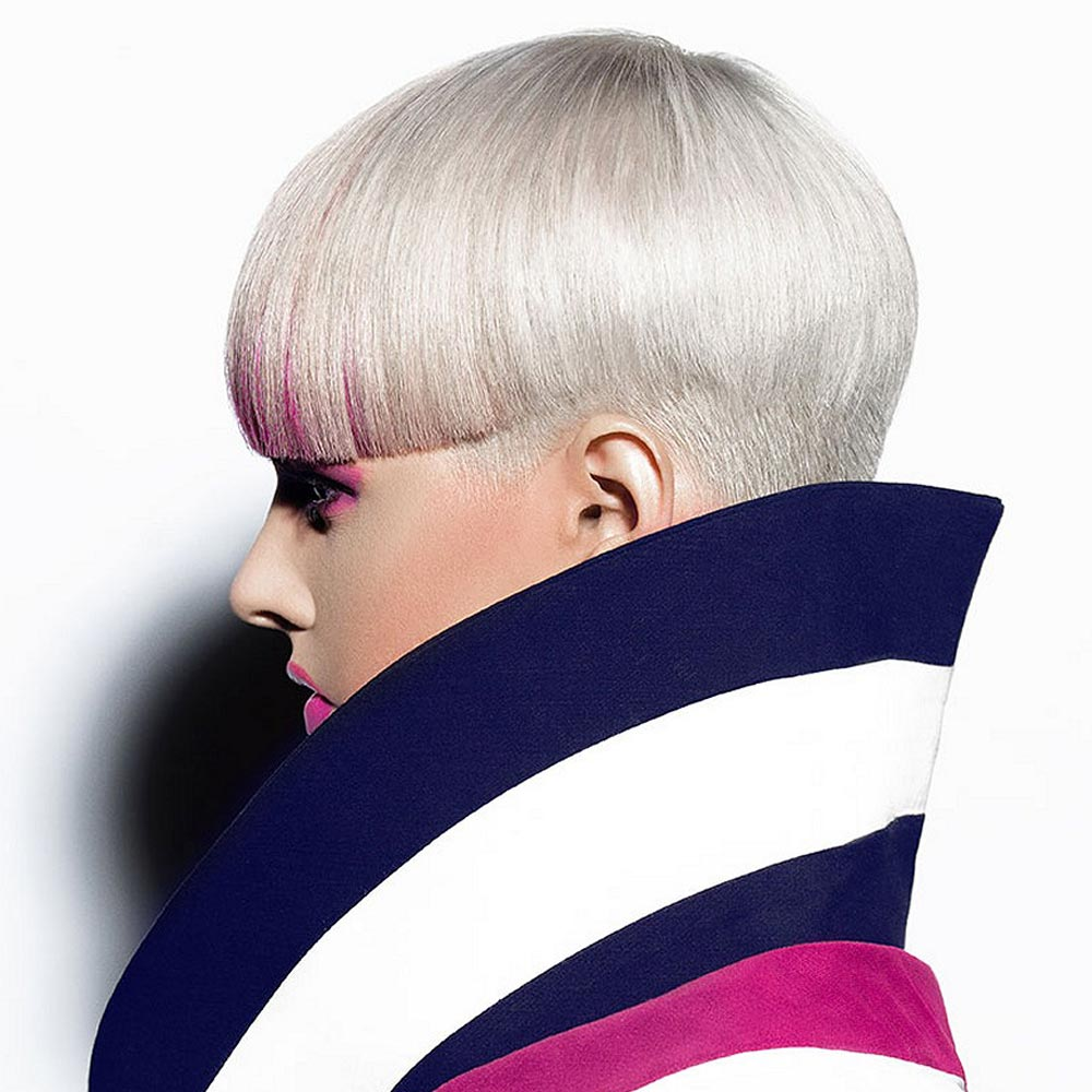 Účesy pro krátké vlasy podzim/zima 2014/2015: Platinový krátký blond účes vypadá skvěle s růžově probarvenou ofinou.
