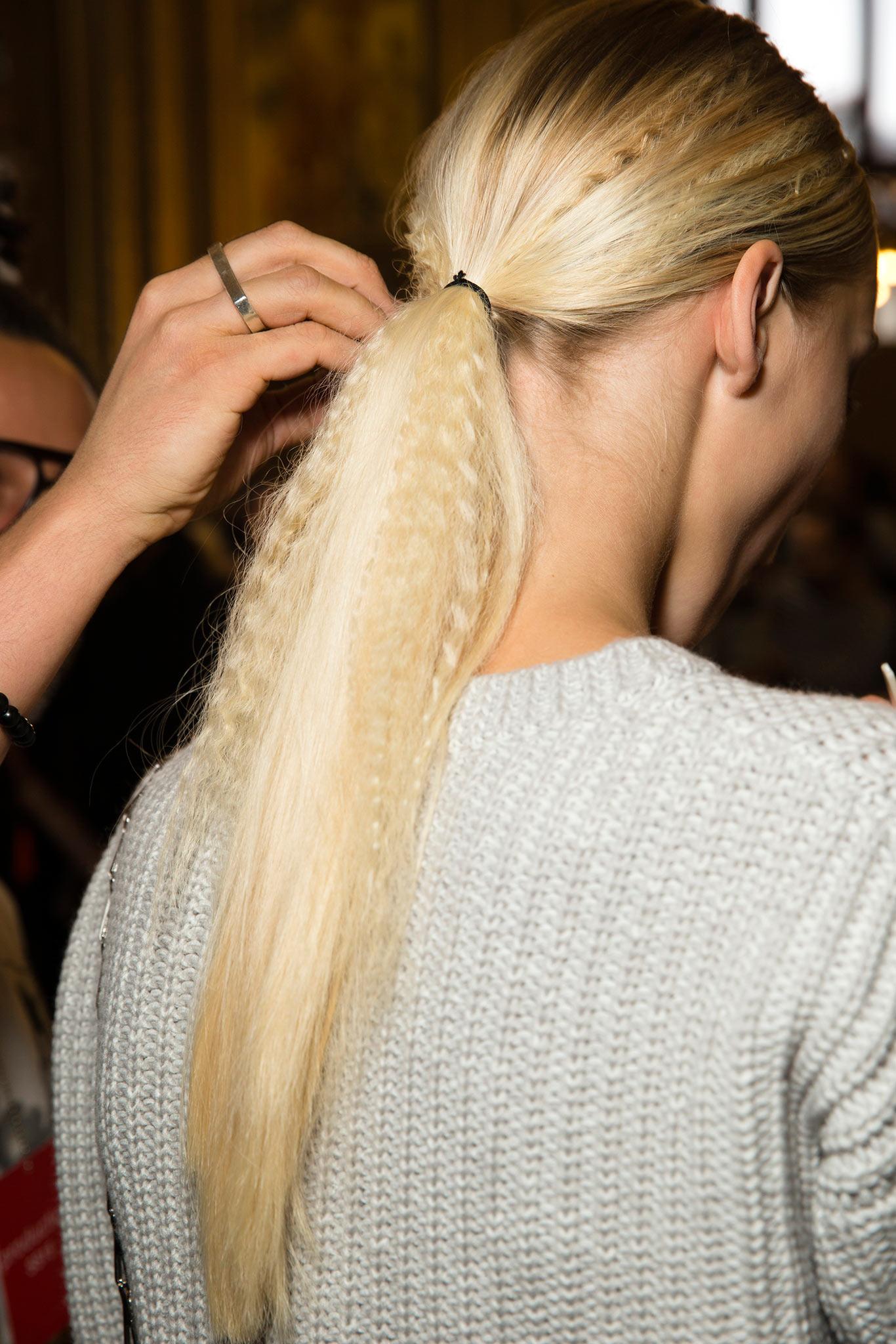 Nádherné blond vlasy oživí krepovačkou strukturované prameny vlasů stažené do módního, nízko posazeného copu. (Módní přehlídka Stella McCartney, RTW S/S 2015.)