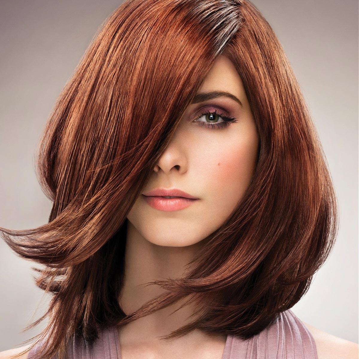 Účes a barva z portfolia Paul Mitchell dokazuje, že měděná barva na vlasy není tabu ani pro ženy se snědou pletí.