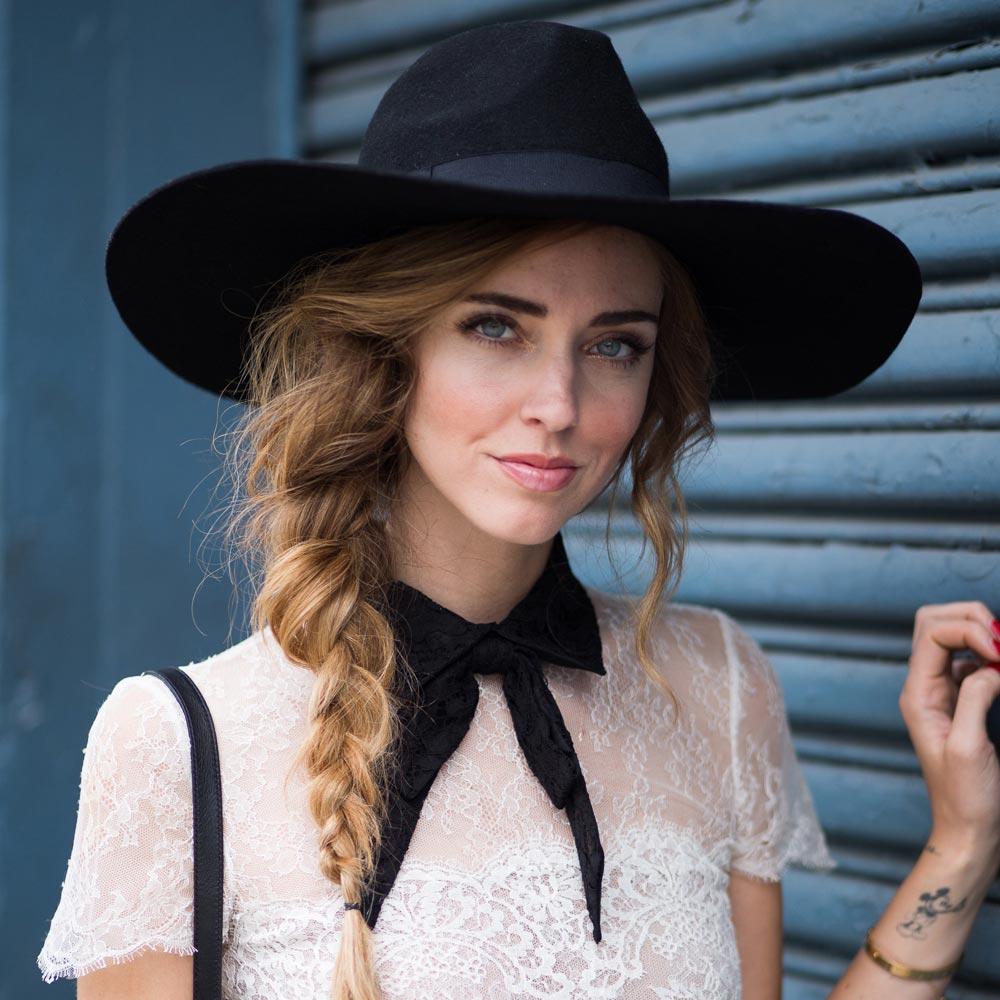 Slavná módní blogerka Chiara Ferragni a její nádherně a zdánlivě nedbale načechraný cop.