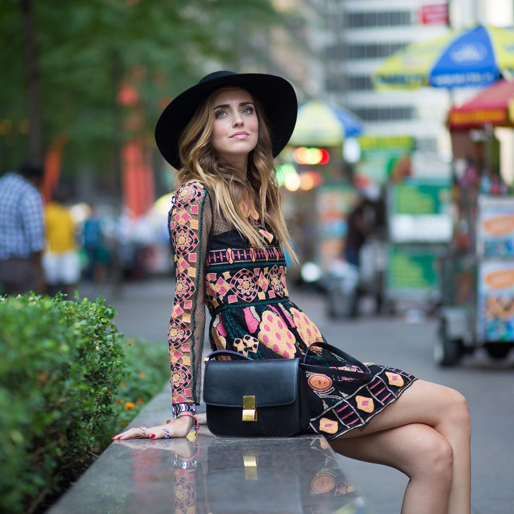Módní vlny Chiara Chiara Ferragni v kombinaci s v blogerské komunitě tak oblíbeným kloboukem.