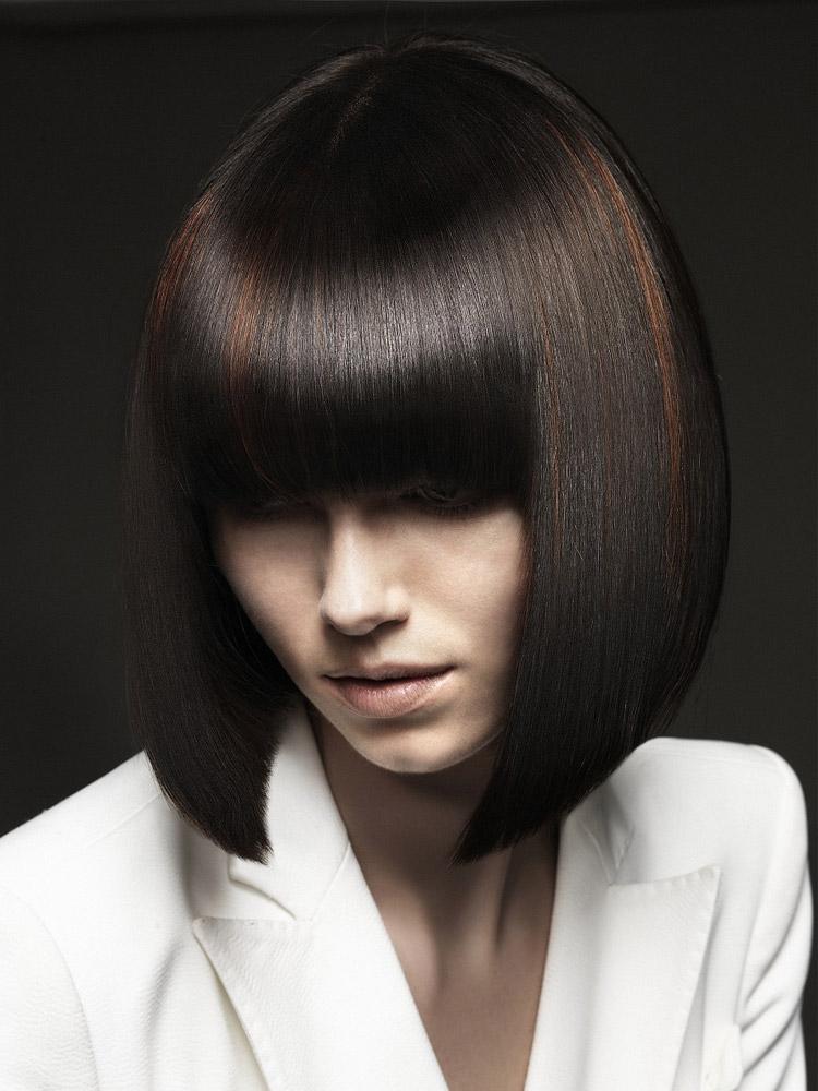 Účesy pro polodlouhé vlasy podzim/zima 2014/2015: Dokonale hladké mikádo s barevnými akcenty.