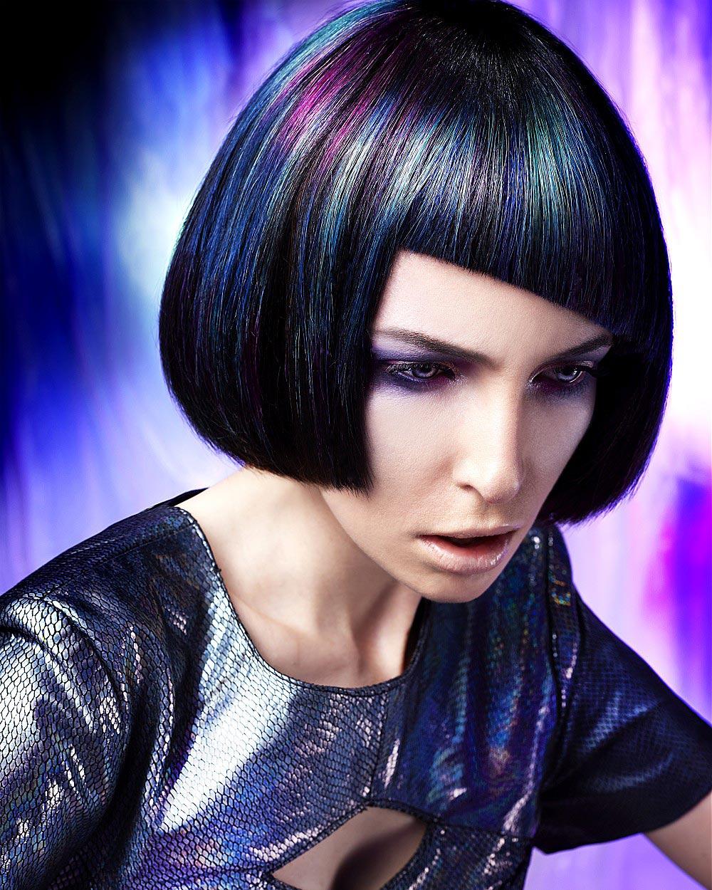 Modrá, fialová a černá barva vlasů? Může z toho vzniknout konzervativní účes, který se po nás očekává v práci? Anne Veck dokazuje, že ano. (Anne Veck, účesy z kolekce Northern Lights Collection.)