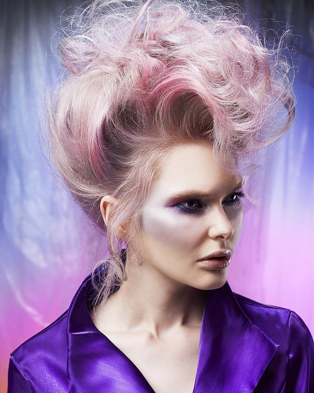 Růžová probarvená blond bude hitem mezi účesy roku 2015. (Anne Veck, účesy z kolekce Northern Lights Collection.)