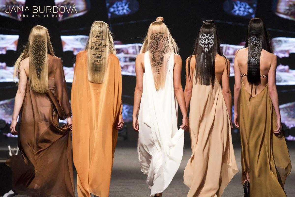 Jana Burdová: účesy z kolekce ETHNIK. Symboly ve vlasech vyjadřují příslušnost ke skupině či vlastní svět. Jana Burdová použila do vlasů i na kůži maorské symboly, nebo navrhla nové originální vzory.