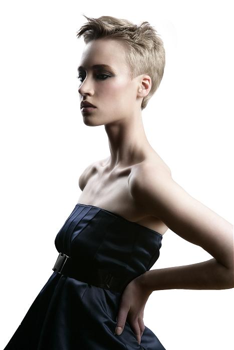 Nahoru vyčesaná krátká ofina pomocí vhodného stylingu znamená rychlou změnu účesu.