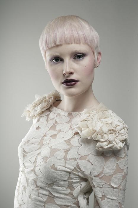 Růžovo probarvená ofina je na blond vlasech naprostým hitem sezóny!
