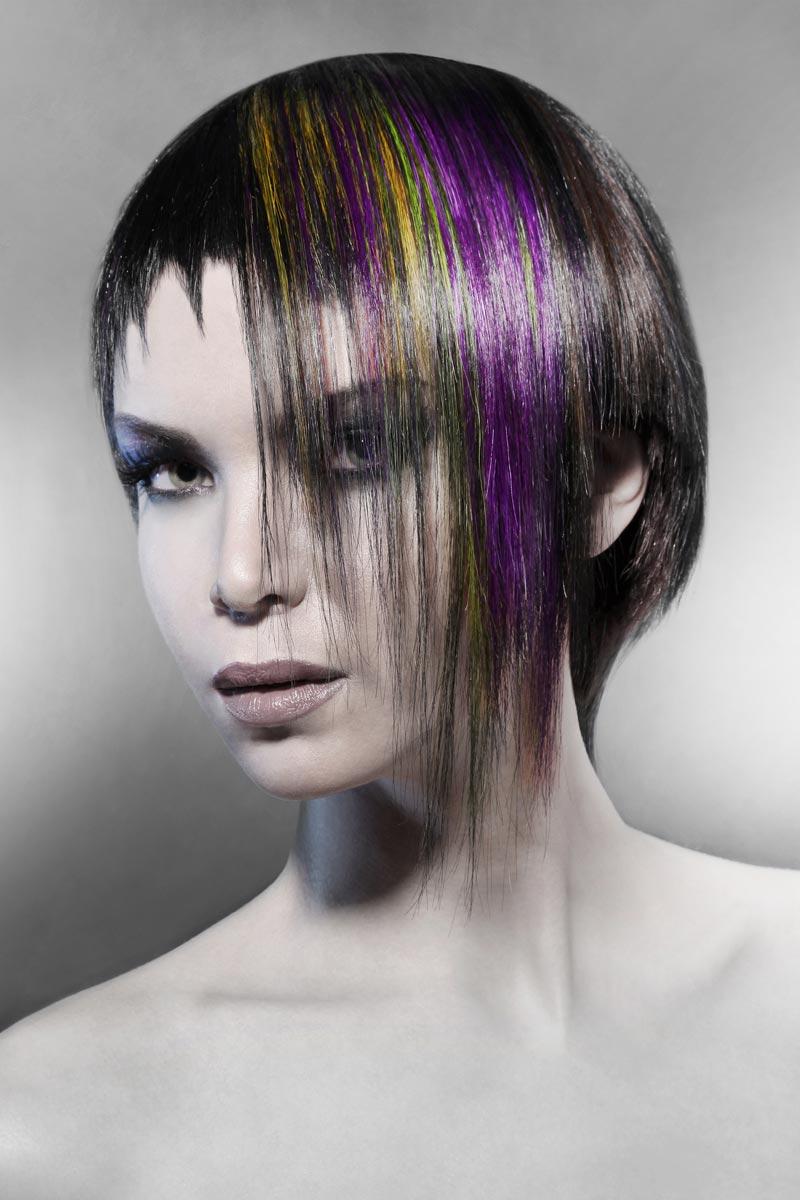 Asymetrický střih umí dokonale dotvořit a dostylovat kreativní barevnost účesu.