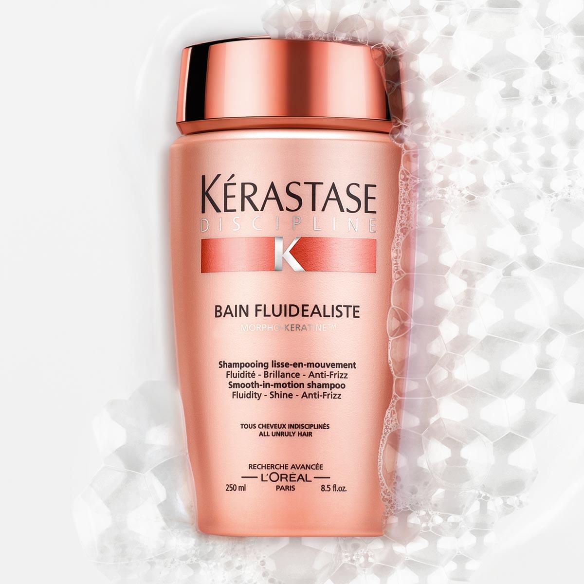 Bain fluidealiste z řady Discipline od Kérastase je uhlazující šamponová lázeň pro všechny vlasy náročné na úpravu, která zanechává vlasy v pohybu.