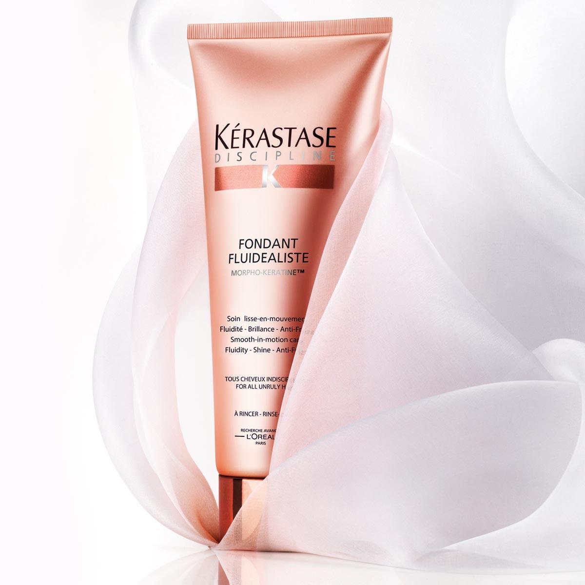 Fondant fluidealiste od Kérastase je uhlazující péče pro všechny vlasy náročné na úpravu, která zanechává vlasy v pohybu.