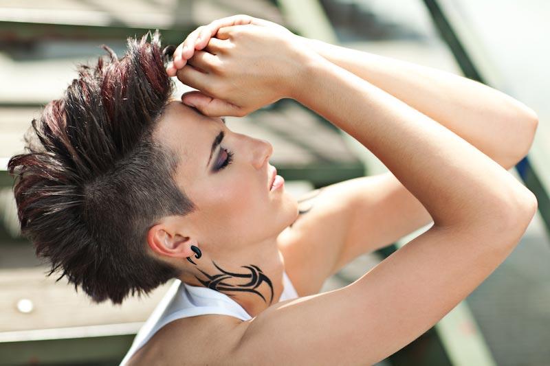 Vítězný účes Evy Komínkové v soutěži Denim Code Matrix inspirovaný módou 90. let, denimem a kultovní kapelou Depeche Mode.