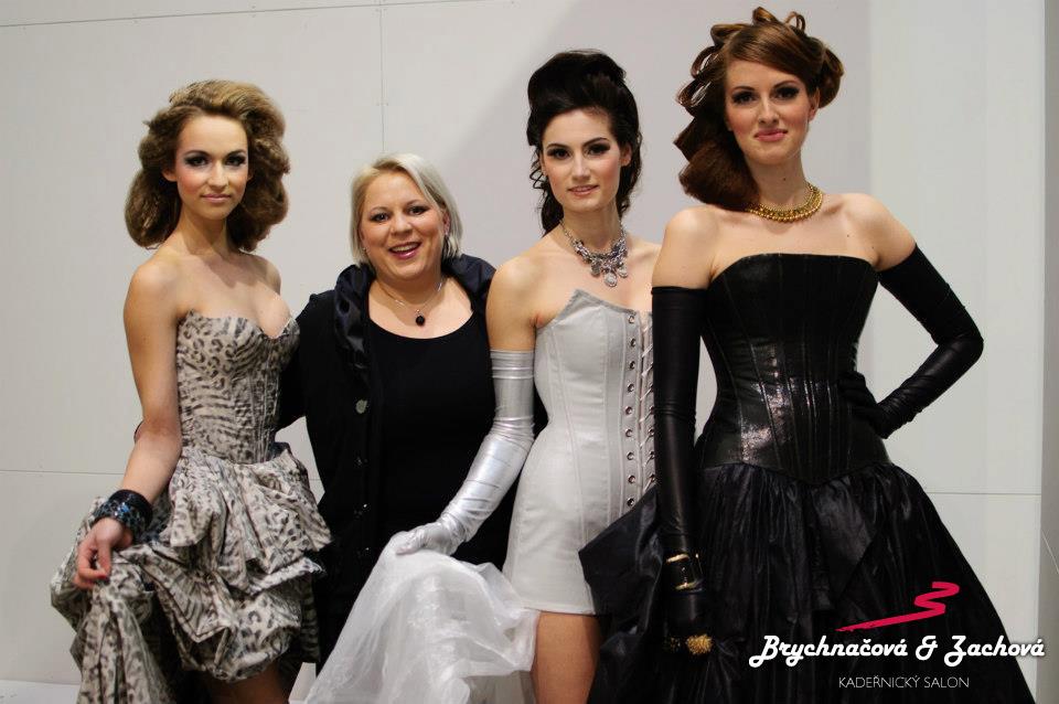 Spolumajitelka salonu Jaroslava Brychnačová se svými modelkami.