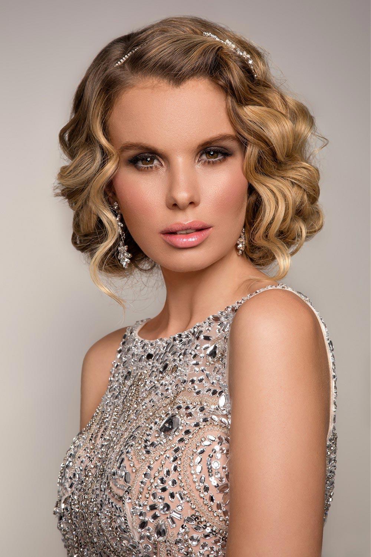 Účesy na ples pro dlouhé vlasy letos fandí vlnám. Inspirujte se účesy Lizzie Liros z kolekce Red Carpet.