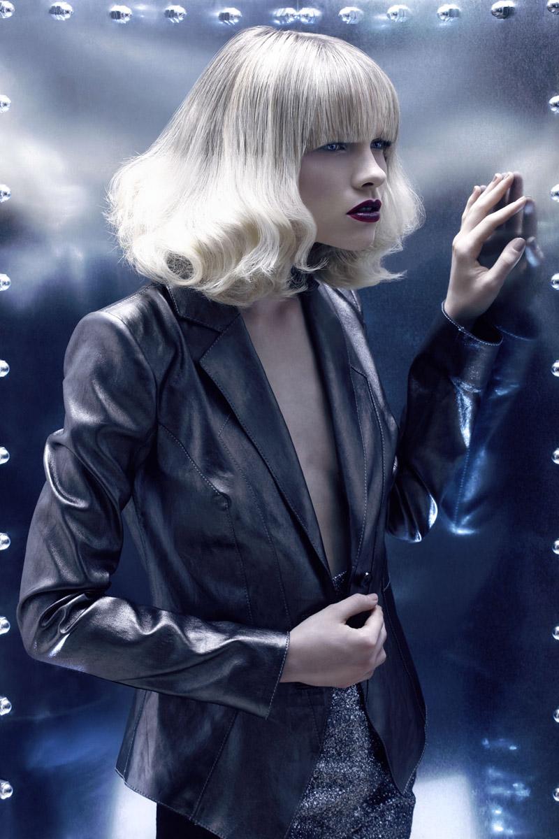 Nádherné polodlouhé blond vlasy se stříbrnou vrchní partií z kolekce účesů Christine Margossian – Metallic Letters.