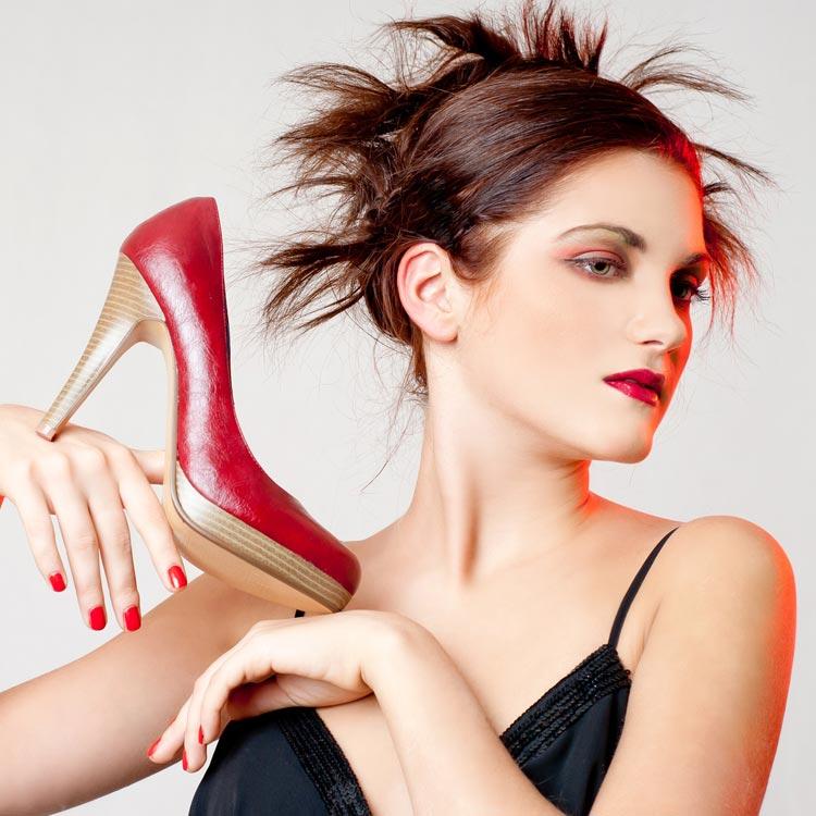 Nejen šaty a boty si musíte umět na ples správně vybrat. A zrovna účesy na ples pro polodlouhé vlasy vás mohou dost potrápit! Jo, a mimochodem, takovéto boty si na ples rozhodně neberte!