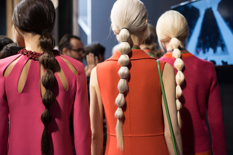 Italský pop-art a módní ozvěny 60. a 70. let minulého století inspirovali nejen návrhářskou dvojici značky Valentino – Maria Grazia Chiuri a Pierpaolo Piccioli, ale také kreativního ředitele Redken – Guido, který nádherný ohon pro značku vymyslel.