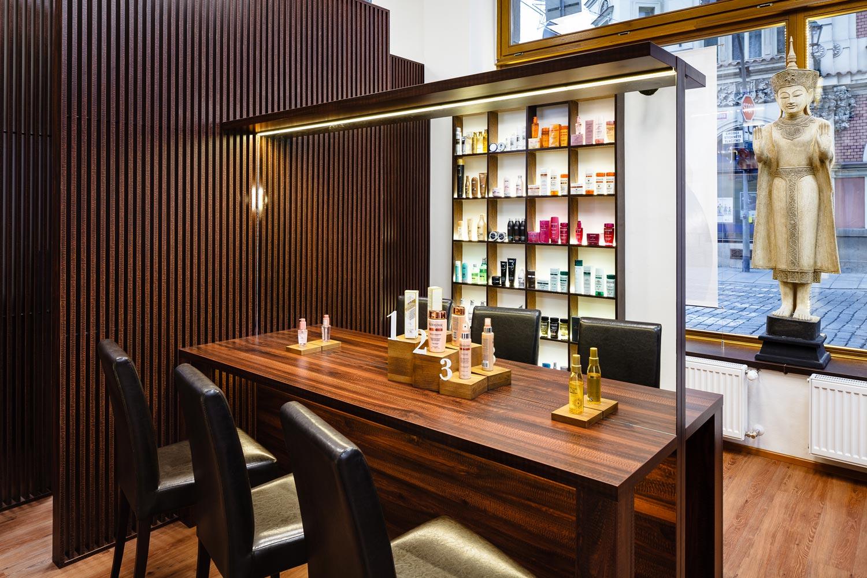 Salon Liquid má nově také tester stolek, na kterém zákazníci najdou kosmetické novinky a mohou si je vyzkoušet.