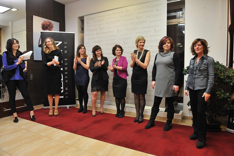 Proměny Jany Burdové a slavnostní vyhlášení vítězky. Na snímku jsou všechny proměněné dámy.