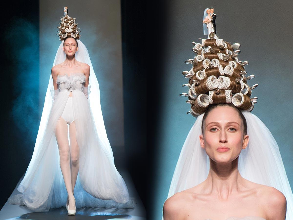 Svatba 2015 podle Jean Paul Gaultiera – nevěsta v bombarďácích, natáčkách a se svatebním dortem na hlavě.